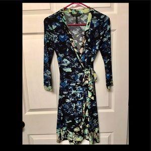 BCBGMAXAZRIA MULTI-COLORED WRAP DRESS Size (XS)